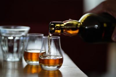 3 flasker kvalitets whiskey til barskabet