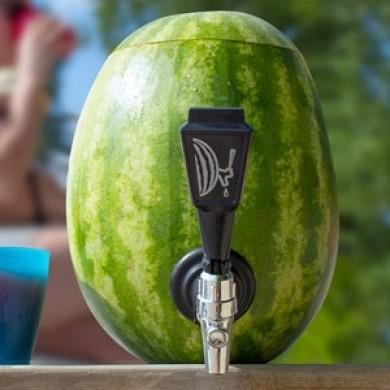 Sådan laver du en drinksdispenser ud af en vandmelon
